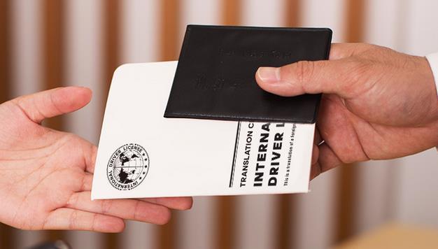 国际驾照翻译认证件取车时需出示给租车行