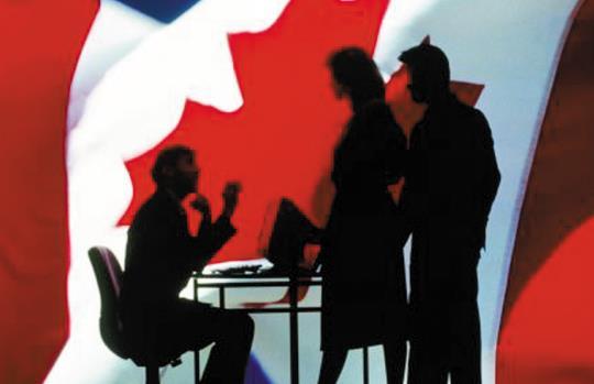 申请人一定要回加拿大办理枫叶卡吗?